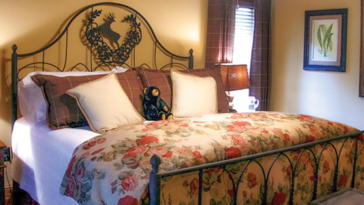 cashiers-nc-accommodations-black-bear-lodge-iron-bedroom