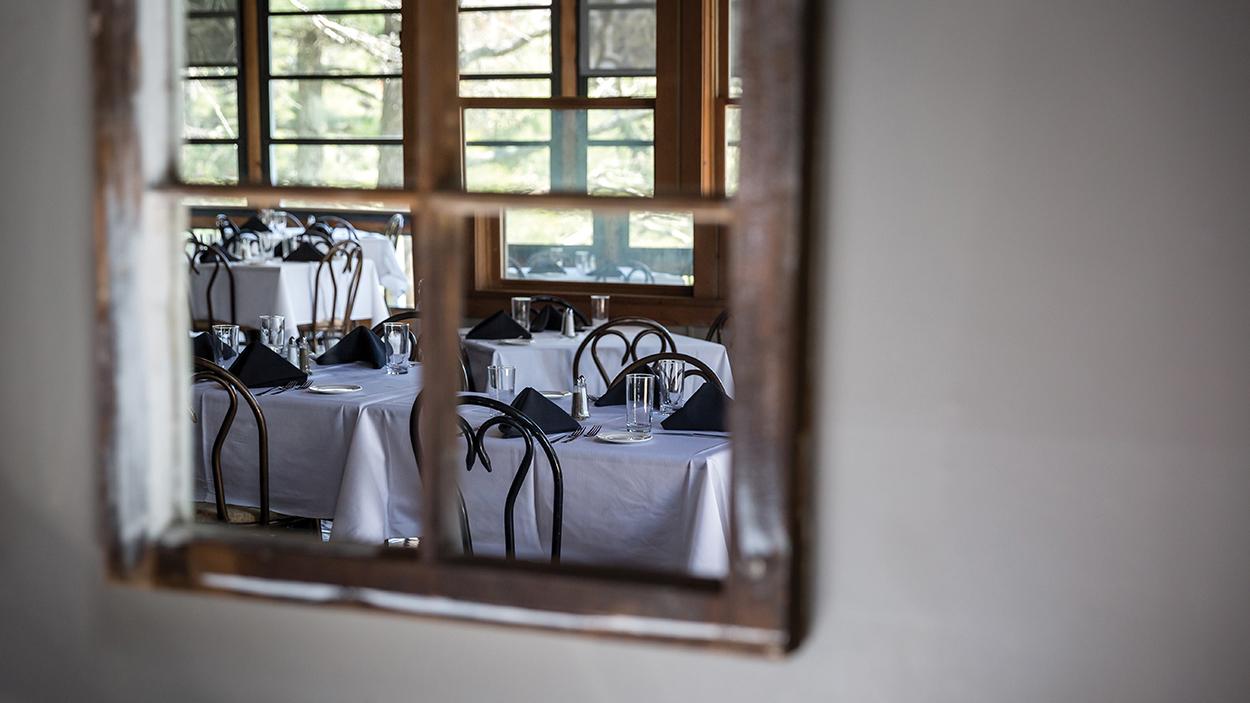 highlands-nc-dining-on-the-verandah-tables